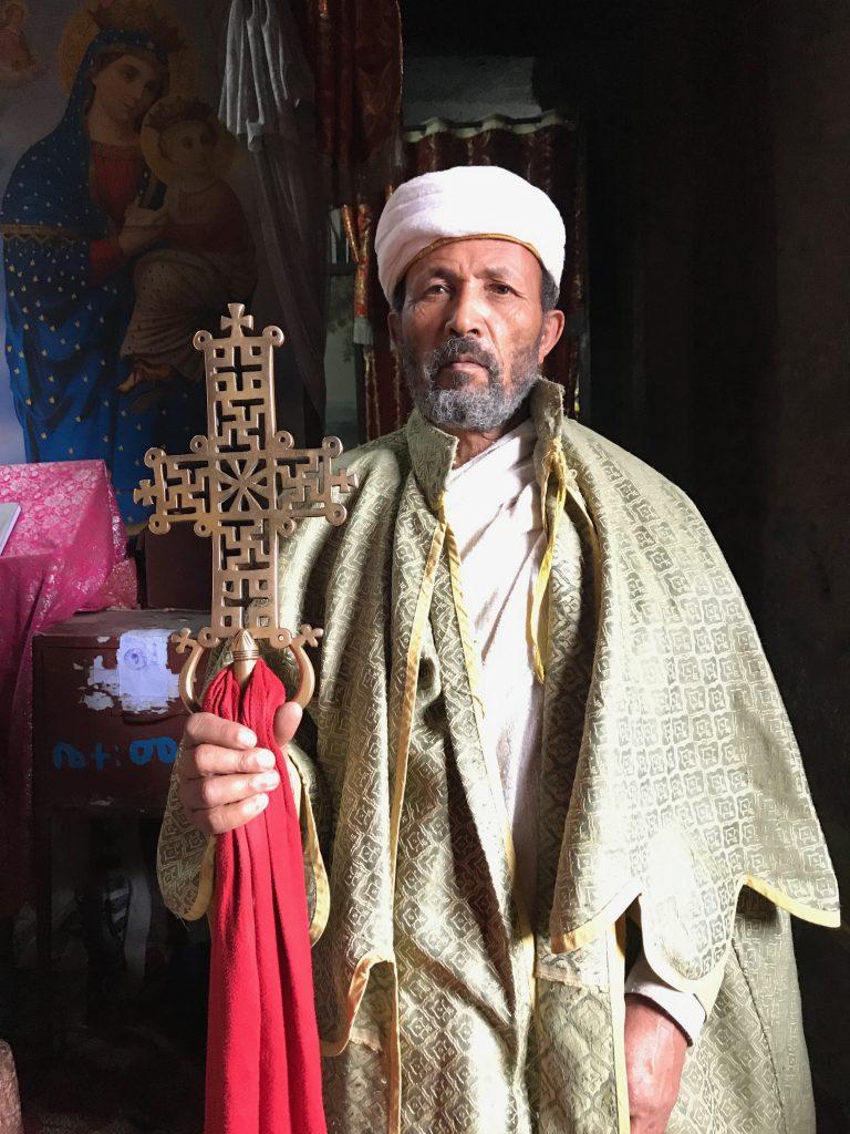 sacerdote ortodosso croce chiese rupestri roccia Lalibela San giorgio Etiopia