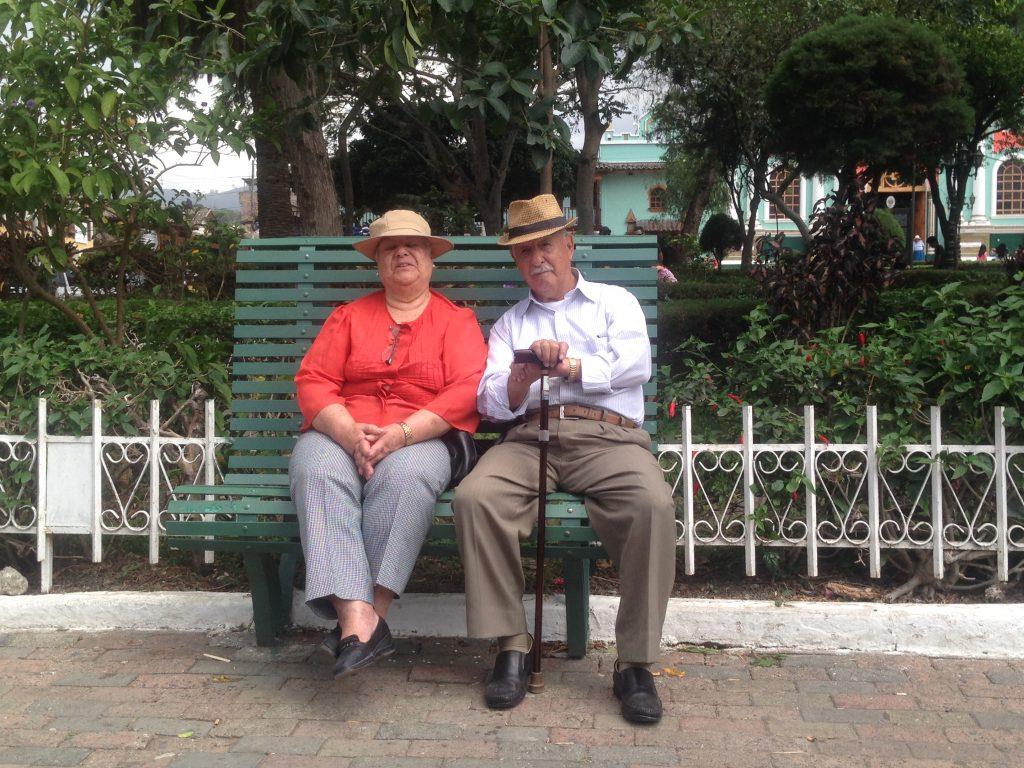 coppia di anziani sulla panchina di Vilcambamba Loja Ecuador meeting couchsurfing