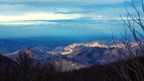 Vista della Toscana dal Monte Falco Parco Nazionale Foreste Casentinesi trekking a piedi