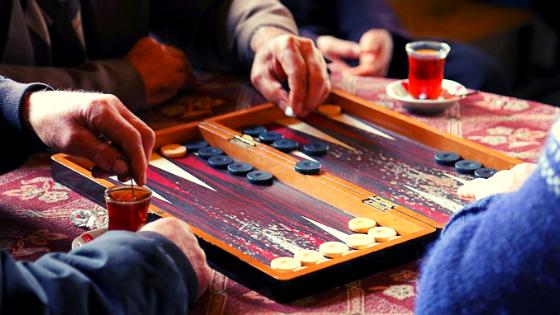 esperienze local in Iran che consiglio di fare giocare a backgammon e fumare shisha