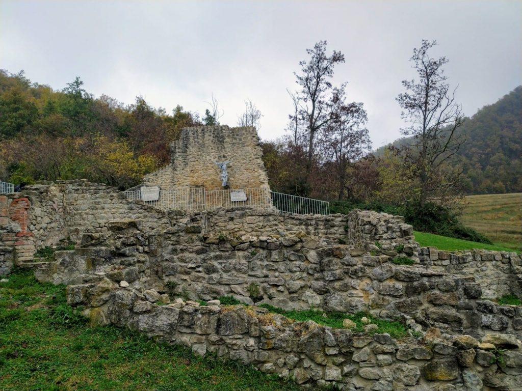 Caprara di Sopra Monte Sole Marzabotto ruderi targa commemorativa trekking della memoria